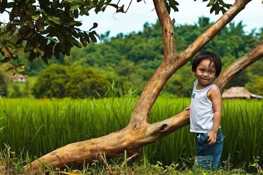 Радостная фотография счастливой девочки