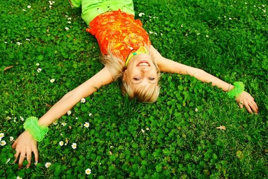 девушка на траве, фото