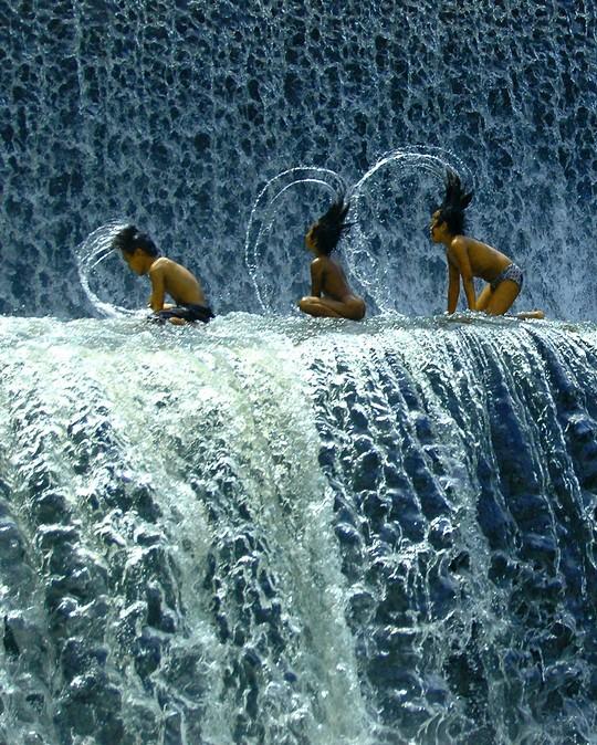 фотография водопада и детей