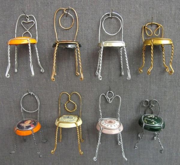 Миниатюрные стулья из крышек от шампанского