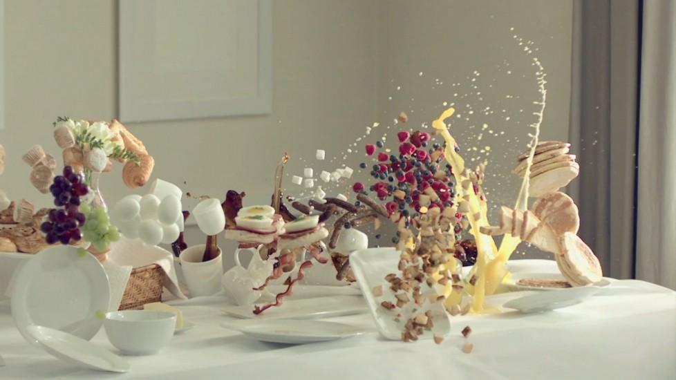 Прерванный завтрак: красивая замедленная съемка