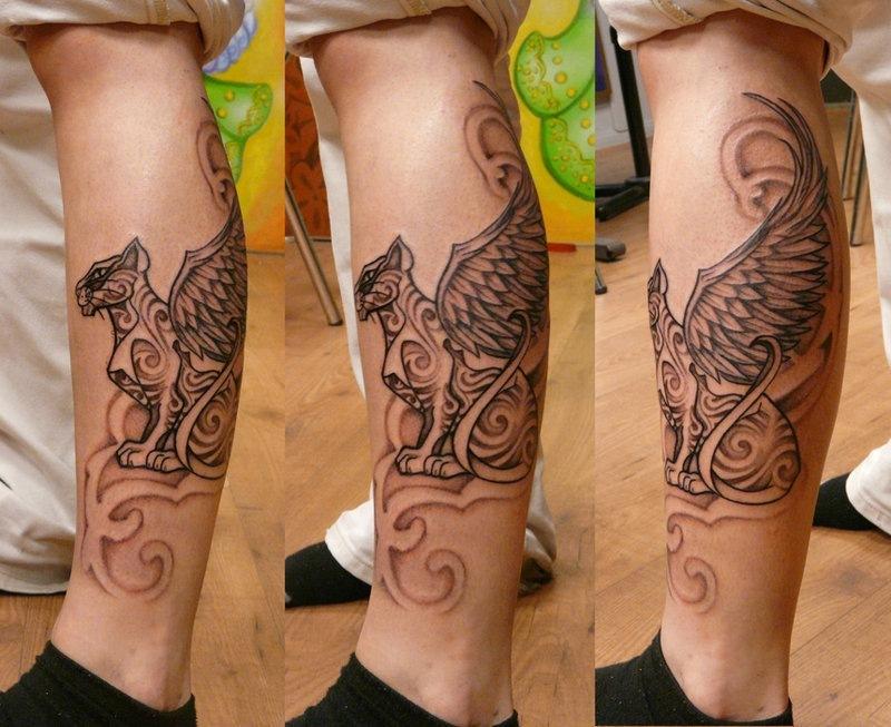 Вариант татуировки кота с крыльями на ноге