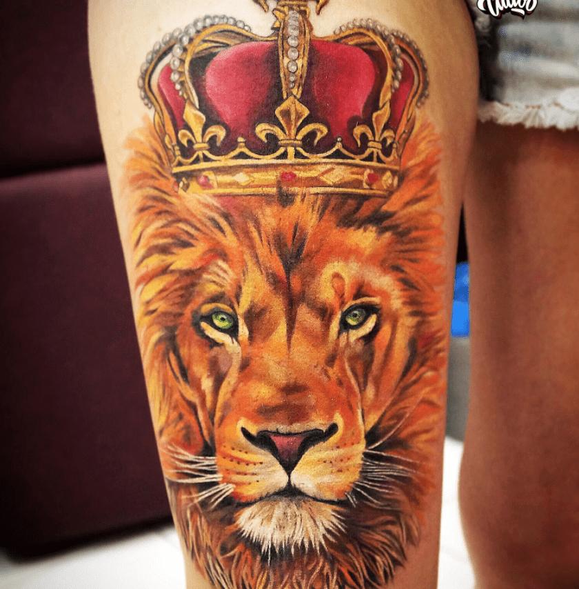 Тату лев в короне