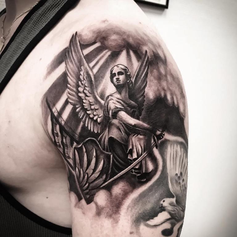 Тату ангел на плече