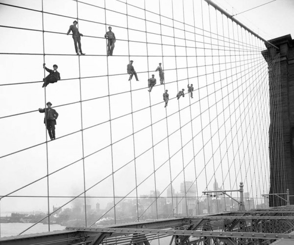 «Повисеть на Бруклинском мосту, 1914 год», фото: Eugene de Salignac (Courtesy NYC Municipal Archives)