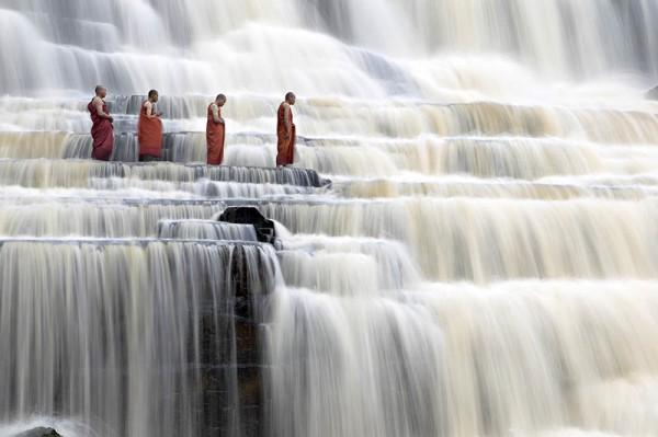 «Медитирующие монахи у водопада Понгур», фото: DANG NGO