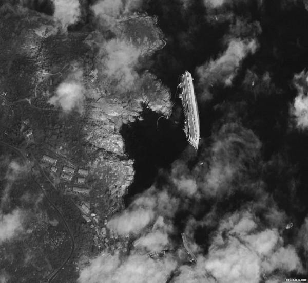 «Затонувший лайнер «Коста Конкордия», вид из космоса», фото: DIGITALGLOBE.COM