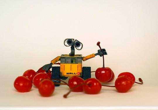 Робот валли хочет что-то сделать с вишней