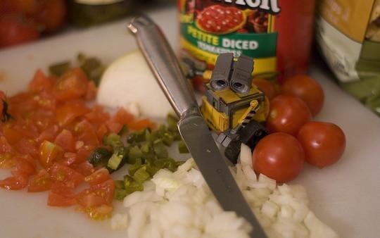 Валли помогает готовить обед