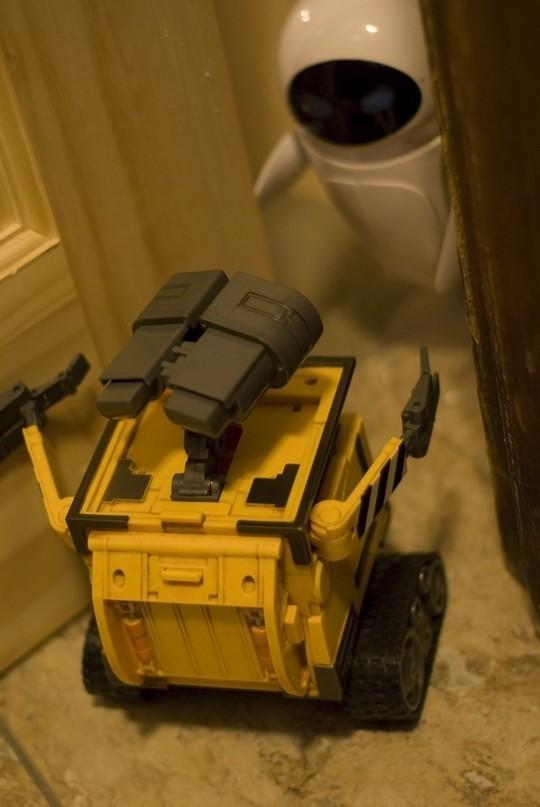 Робот валли встречает свою подружку робота Еву