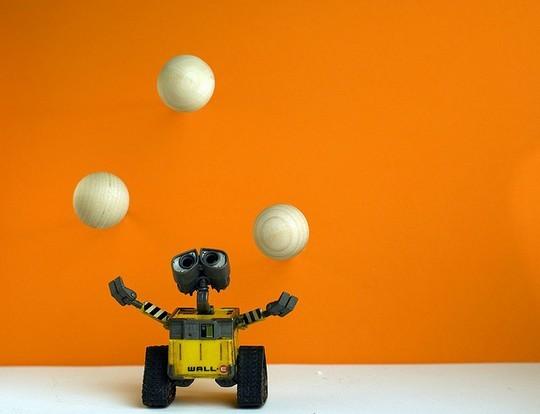 Валли пытается жонглировать шариками