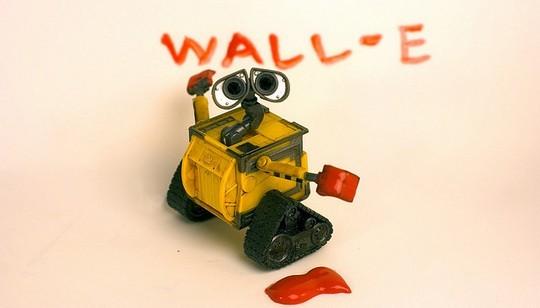 Валли пишет надпись Wall-e
