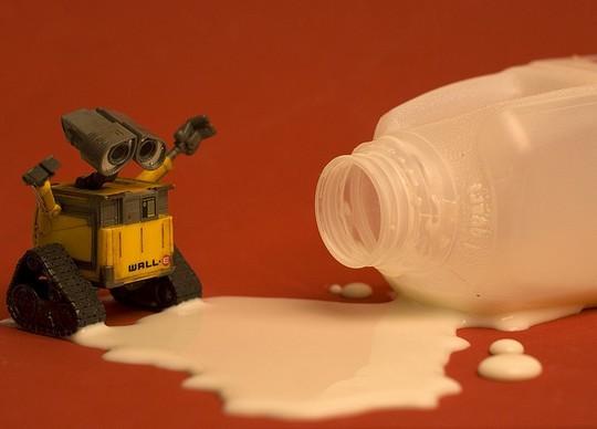 Валли проливает молоко