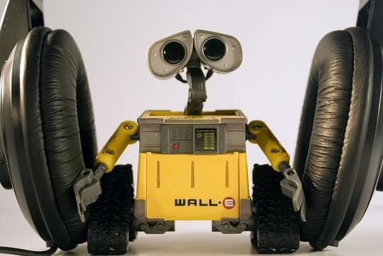 Робот Wall-e хочет послушать музыку