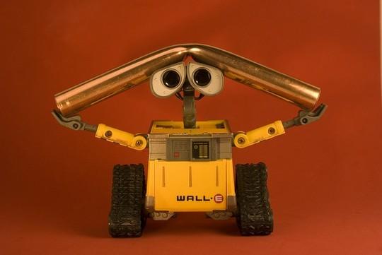 Робот Валли гнет трубу