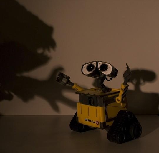 За роботом Валли охотится тень