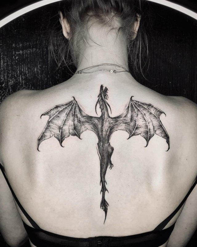 тату дракона на спине девушки