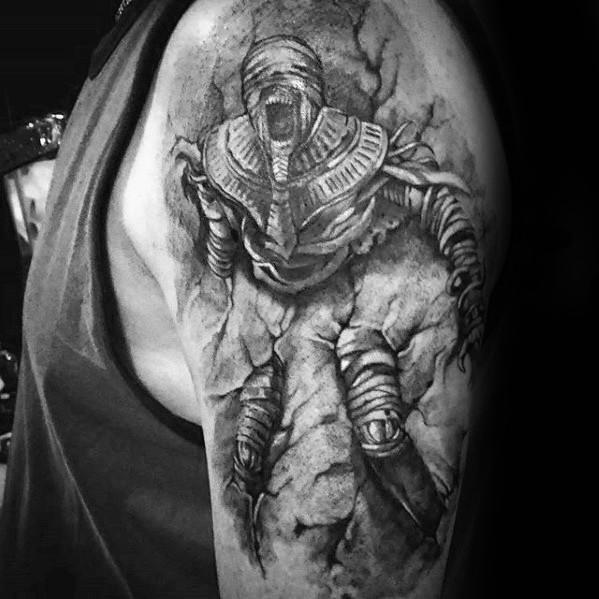 тату мумия на руке