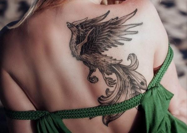 Тату феникс на спине девушки