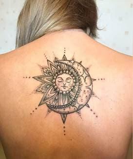 тату солнце на спине: значение для девушек