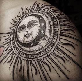 мужская тату солнце в стиле гравюра