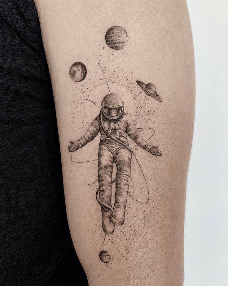 Космонавт в окружении планет