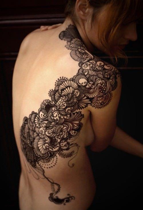 Несмотря на то, что это не кружево, этот тонкий и декоративный дизайн татуировки вдохновлен кружевным узором.