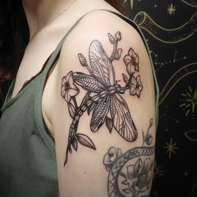 подборка татуировок на тему: Стрекоза. Плечо