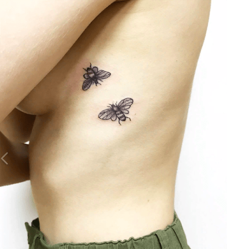 Пчелы на боку у девушки