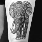 тату слон реализм с узорами на бедро