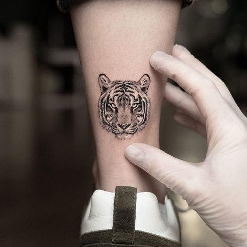 Тату тигр на щиколотке