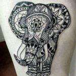 татуировка слон с узорами на бедро