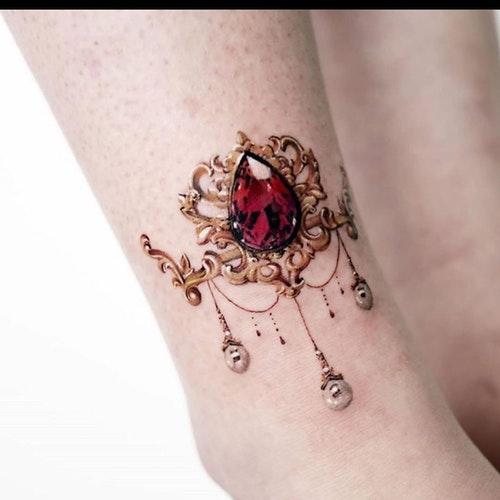 Удивительная реалистичная татуировка на щиколотке