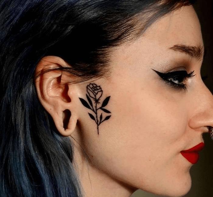 Женская татуировка в виде розы