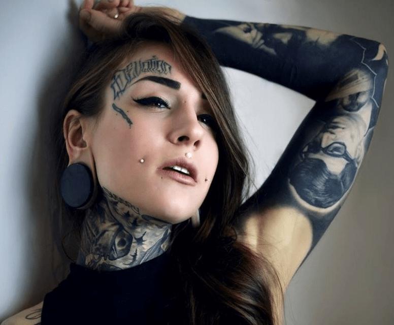 Татуировка над бровью у девушек