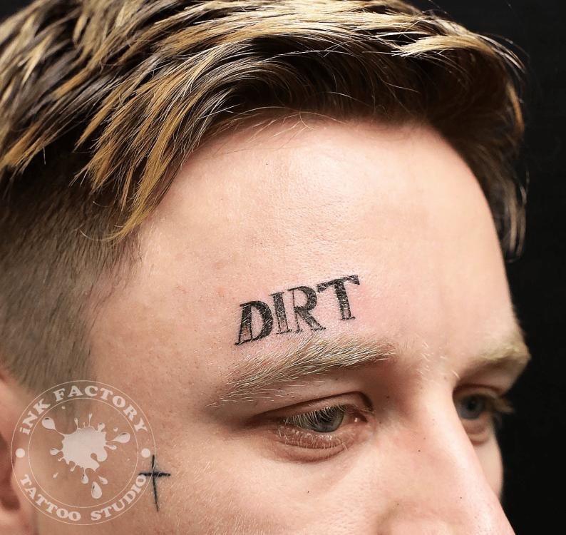 """Тату с надписью """"Dirt"""""""