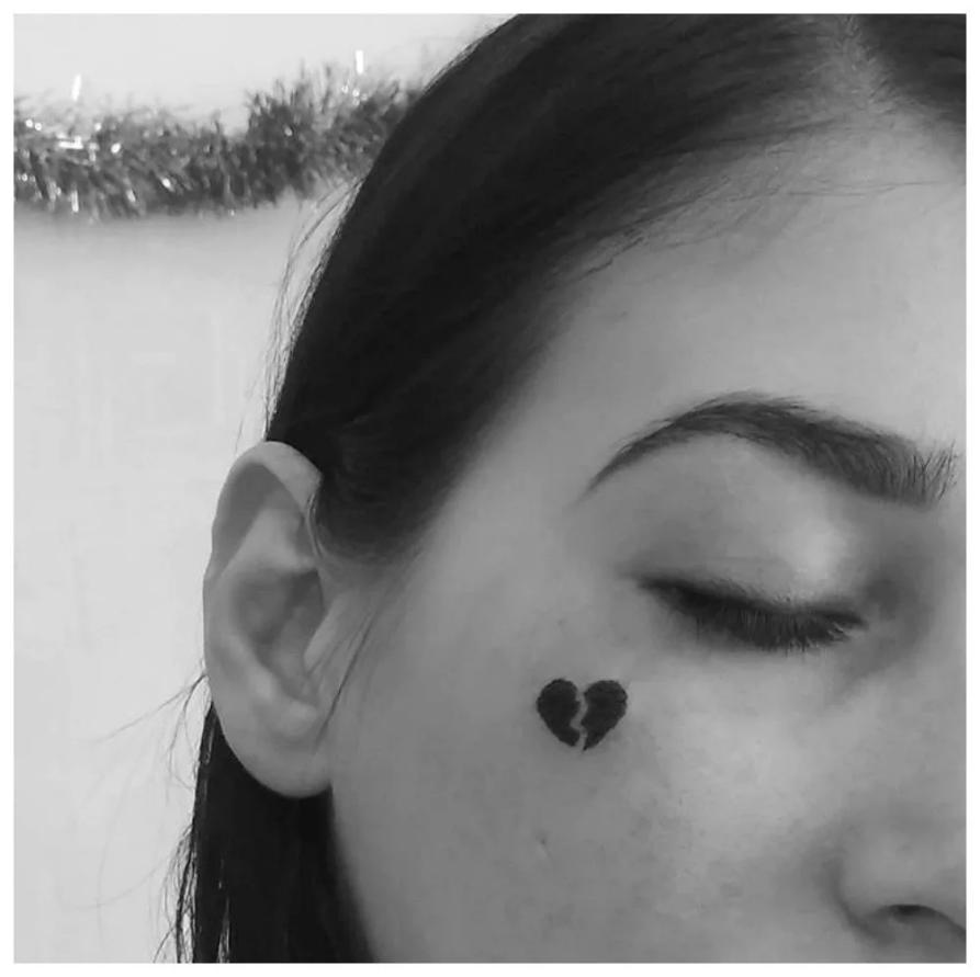 Миниатюрная татуировка разбитого сердца