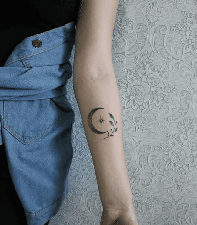 Татуировка луна в виде полумесяца