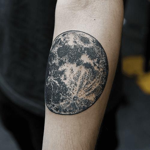 Тату луна у мужчины