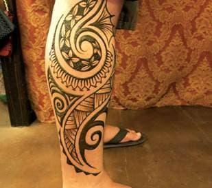 Роспись мехенди на ноге мужчины