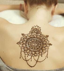 Роспись мехенди на теле на спине