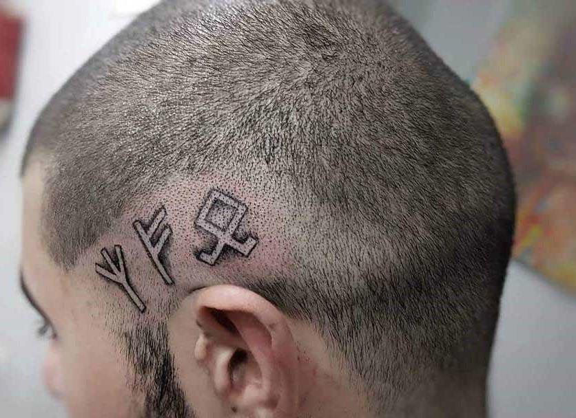 Пример рунной татуировки на виске