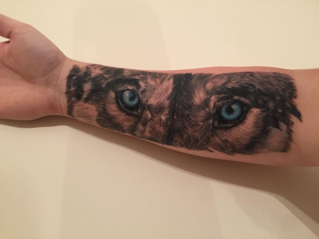 Глаза волка на руке