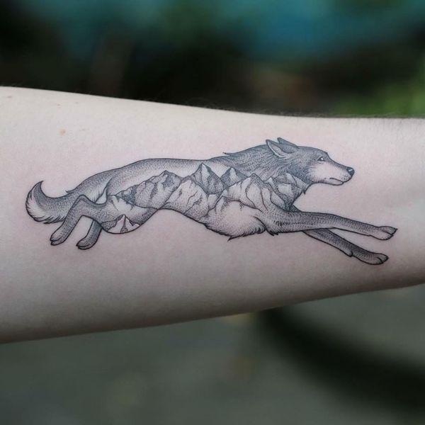 Тату бегущий волк на руке