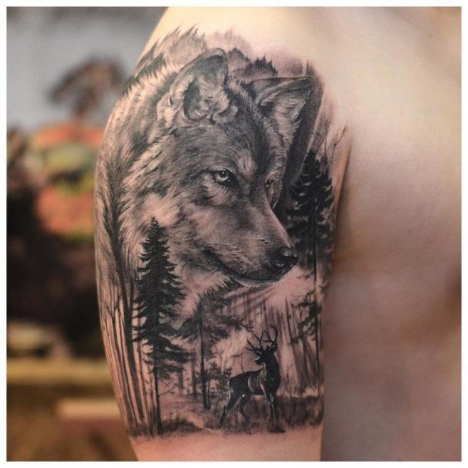 Волк в лесу на плече у мужчины