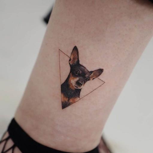 Женские тату на щиколотке с изображением собаки